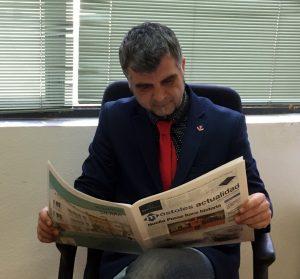 Gabriel Ortega leyendo